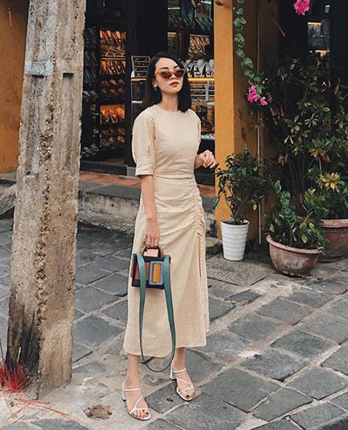 Yến Trang diện váy màu be dạo phố cổ Hội An. Trang phục rất ăn ý với khung cảnh lãng mạn.