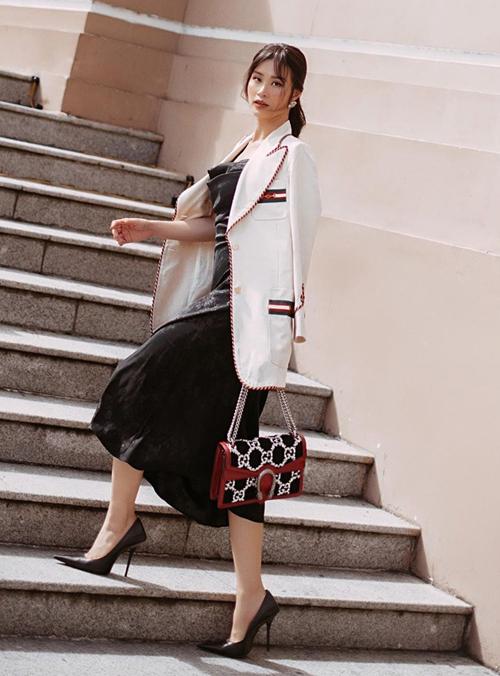 Đông Nhi sang trọng xuống phố với blazer của Gucci, kết hợp túi xách tông xuyệt tông cùng thương hiệu.