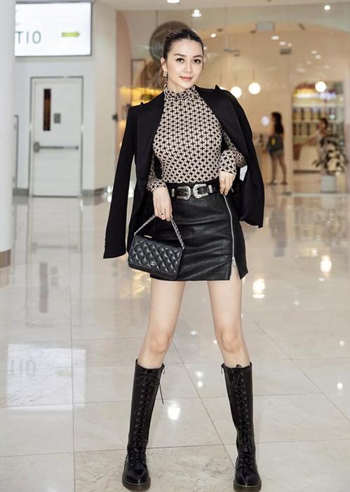 Thiều Bảo Trang cũng thích boots cao và chất liệu da trong những ngày sang thu. Trang phục giúp cô tôn lên đôi chân dài như người mẫu.