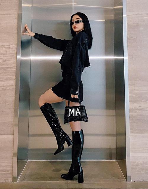 Chân dài Quỳnh Hương diện đồ cool ngầu. Trên tay cô là chiếc túi xách in tên riêng.