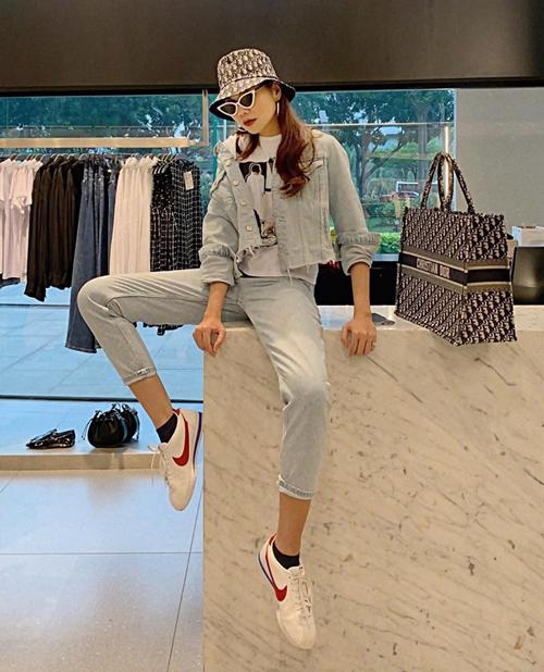 Diện cả cây denim trẻ trung, Thanh Hằng còn hack tuổi khéo léo bằng bộ phụ kiện mũ bucket - túi tote của Dior.