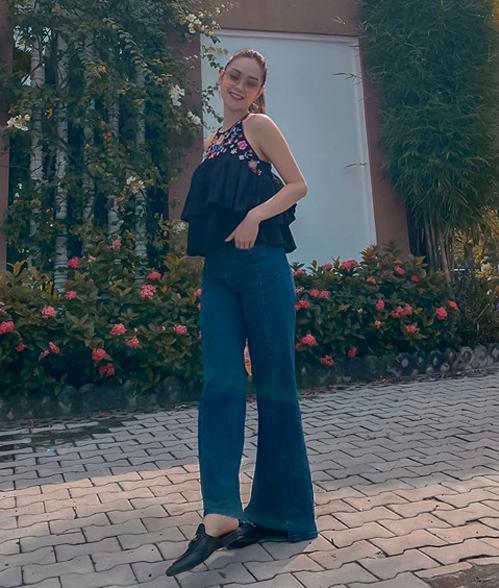 Minh Hằng mặc áo yếm kết hợp cùng quần loe cho chân thêm dài.