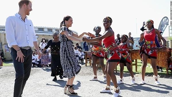 Harry (trái) và Meghan trong chuyến công du châu Phi kéo dài 10 ngày, hồi tháng 9.