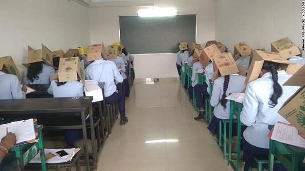 Sinh viên Đại học dự bịBhagat, bang Karnataka, Ấn Độ trong cuộc thi thử nghiệm chống gian lận.