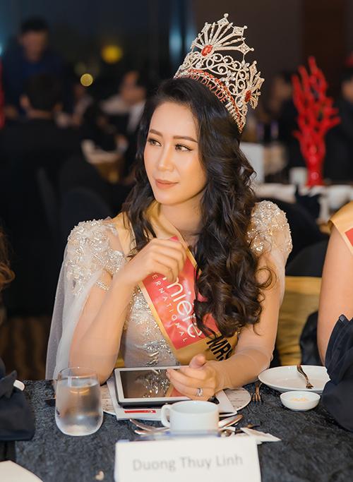 Đồng hành và làm giám khảo cùng Mrs Worldwide 2019 trong suốt gần một tuần lễ, Dương Thuỳ Linh cho biết, cô theo sát các thí sinh ở từng hoạt động bên lề và sẵn sàng chia sẻ những kinh nghiệm cá nhân. Cô động viên họ hãy thể hiện cá tính riêng, con người thật của mình chứ không nên 'diễn' trước ống kính và ban giám khảo.