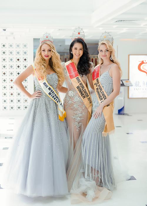 Cô hội ngộ Mrs Worldwide 2017 (trái) và Á hậu 2 của Mrs Worldwide 2018.
