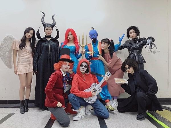 Twicehóa trang với chủ đề Halloween để giao lưu với fan trong buổi fanmeeting.