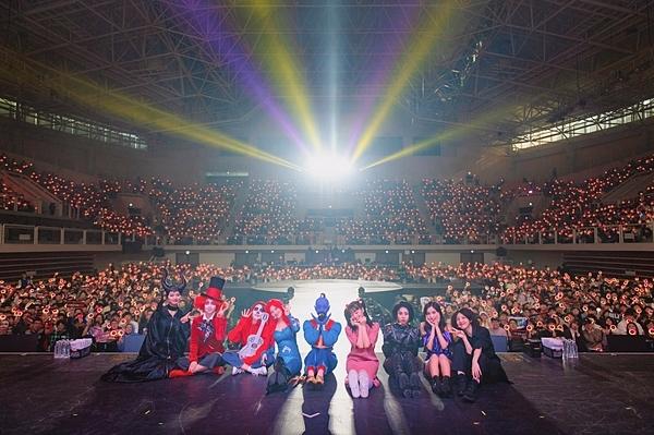 Hình ảnh 9 thành viên Twice tại buổi họp fan ngày hôm qua.