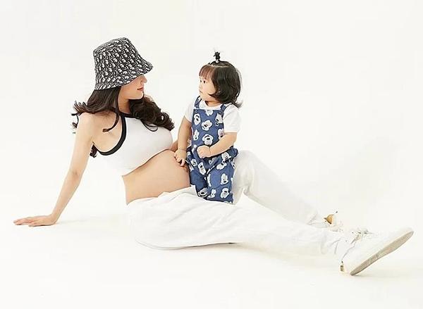 Diệp Lâm Anh chụp hình cùng con gái trước khi lâm bồn. Nữ ca sĩ tiết lộ cô sẽ sinh quý tử.