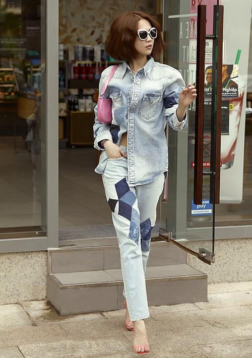Bộ sưu tập jeans của Ngọc Trinh còn có một thiết kế chắp vá bụi bặm.