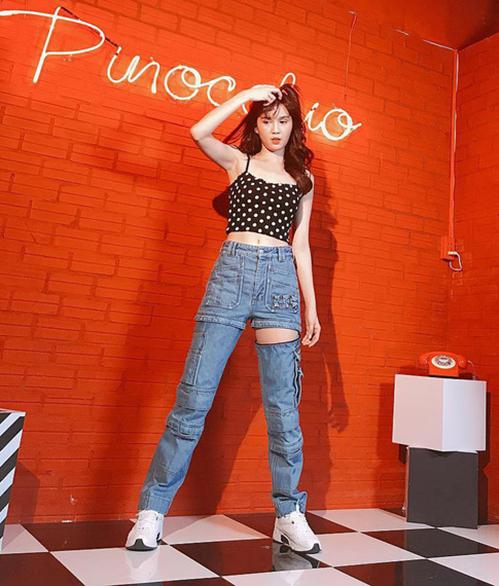 Trước khi diện thiết kế này, Ngọc Trinh có cả bộ sưu tập quần jeans đồ sộ với kiểu dáng cũng sáng tạo không kém. Cô từng chi 1.790 USD (41,5 triệu đồng) để sắm chiếc quần có thể tháo rời ống của Balenciaga.
