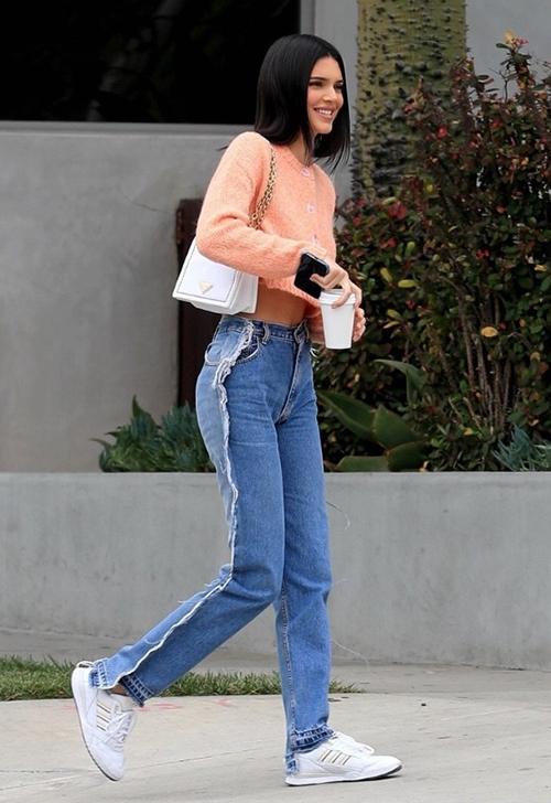 Kendall Jenner là sao nữ đầu tiên lăng xê kiểu diện quần độc đáo này.