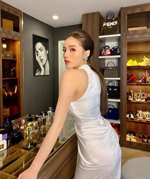 Trong không gian này, Hoa hậu Việt Nam 2014 sắp xếp túi xách, giày dép, nước hoa, trang sức... rất gọn gàng và khoa học theo từng khu vực. Cô thường xuyên chụp hình khoe nhiều góc trong căn phòng với những món đồ bạc tỷ.