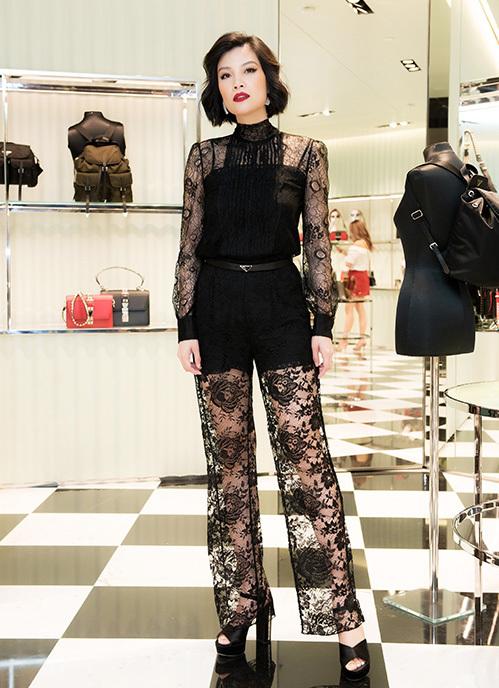 Cuối tuần qua, Vũ Cẩm Nhung tham dự một sự kiện ở Hà Nội. Cô diện cả set đồ ren của thương hiệu Prada.