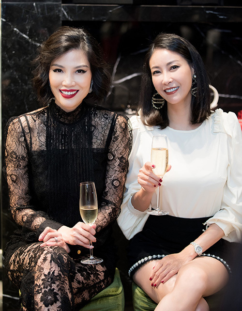 Hoa hậu Hà Kiều Anh từ TP HCM bay ra Hà Nội dự sinh nhật người bạn thân thiết.