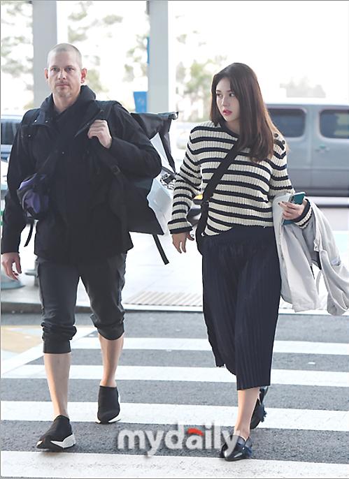 Somi xuất phát sang nước ngoài cùng bố.