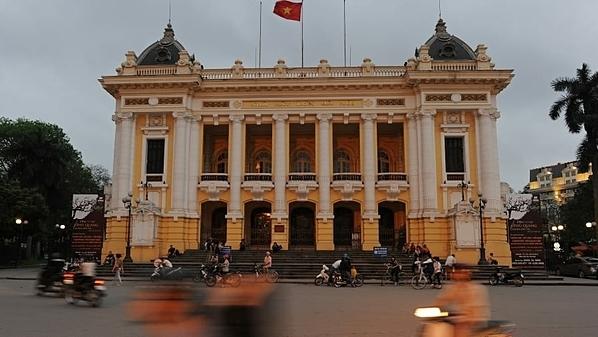 Nhà hát lớn Hà Nội được chính quyền thực dân Pháp xây dựng từ năm 1901-1911, mô phỏng Palais Garnier ở Paris. Đây là một trong những địa danh kiến trúc lâu đời của Hà Nội. Ngày nay, Nhà hát lớn là nơi tổ chức nhiều sự kiện khác nhau, từ những buổi hòa nhạc cổ điển, các vở opera cho đến các buổi diễn trên sân khấu đương đại, âm nhạc dân gian của các nghệ sĩ Việt Nam. Ảnh: AFP.