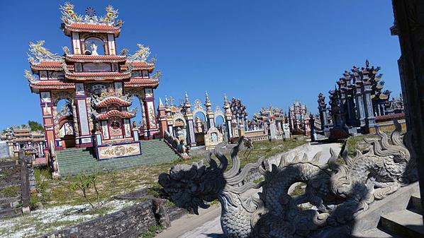 Làng An Bàng nằm trên một bãi biển ngoại ô Huế - cố đô ở miền Trung Việt Nam. Ngôi làng được mệnh danh là thành phố ma với nghĩa trang An Bàng rộng 250ha, chứa hàng trăm ngôi mộ sang trọng, rực rỡ, họa tiết vương giả. Ảnh: AFP.