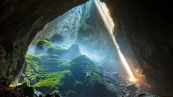 Hang Sơn Đoòng được phát hiện bởi một người nông dân Việt Nam vào năm 1991. Nó đã 3 triệu năm tuổi. Hang động thuộc bên trong Vườn quốc gia Phong Nha - Kẻ Bàng, được UNESCO công nhận là di sản thiên nhiên thế giới. Nơi đây có hệ thống hang động ngầm khổng lồ tuyệt đẹp. Ảnh: CNN