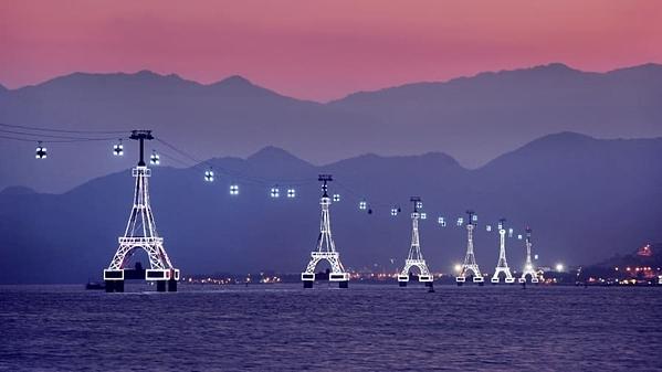 Cáp treo biển Nha Trang nằm ở ngoài khơi bờ biển miền trung Việt Nam. Nó dài 3.320m, nối liền đảo Hòn Tre với Nha Trang. Được xây dựng trên một loạt tháp có cấu trúc như tháp Eiffel, từ trên đây, du khách sẽ thu vào tầm mắt sự bao la của đại dương bên dưới và những ngọn núi chót vót phía xa. Ảnh: Studio Nomo.