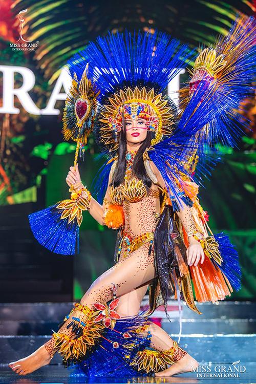 Bodysuit xuyên thấu cũng là trang phục được nhiều thí sinh Miss Grand International 2019 yêu thích. Bộ cánh của thí sinh Brazil thể hiện rõ nét văn hóa lễ hội ở đất nước này.
