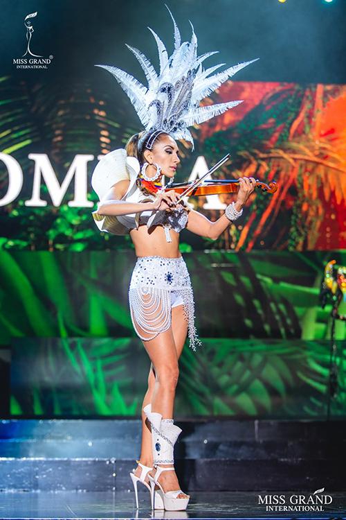 Đại diện Colombia cũng mặc bộ trang phục có kiểu dáng hao hao nội y.