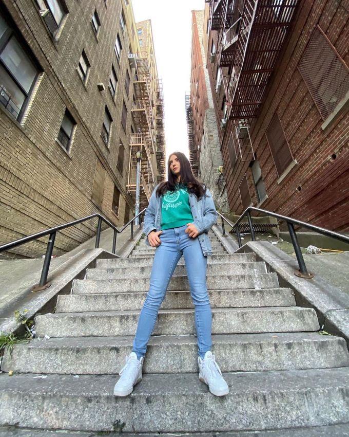 """<p> Đối với những người dân sống lâu năm ở Bronx, cầu thang là hình ảnh bình thường ở khu vực nhiều sườn dốc này. Mỗi ngày, họ vẫn thường đi lại. Đứng trên đỉnh cầu thang nhìn dòng người chụp ảnh bên dưới, một cư dân """"vui mừng vì du khách đã khiến nơi này nổi tiếng"""".</p>"""