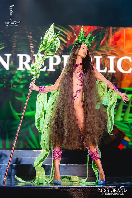 Người đẹp Cộng hòa Dominica mặc bodysuit mỏng dính, dùng tóc để che chắn cơ thể.