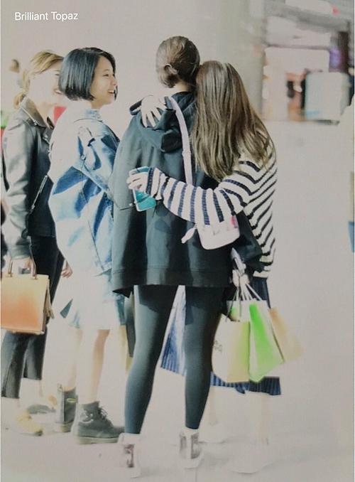 Twice tay bắt mặt mừng khi tình cờ gặp Jeon Somi ở sân bay