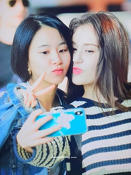 Twice tay bắt mặt mừng khi tình cờ gặp Jeon Somi ở sân bay - 1