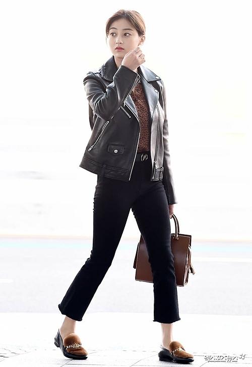 Ji Hyo mix trang phục theo gam màu nâu ấm áp.