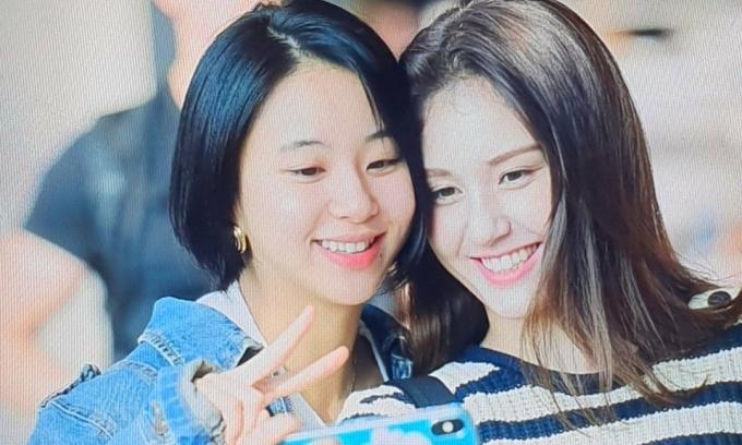 Twice ''tay bắt mặt mừng'' khi tình cờ gặp Somi ở sân bay