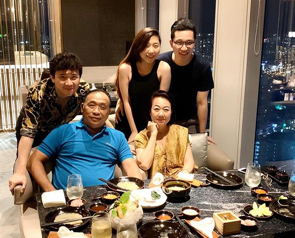 Trấn Thành đi ăn mừng sinh nhật mẹ cùng cả gia đình. Nam MC giải thích lý do vắng mặt Hari Won là vì cô đang bận đi quay phim.