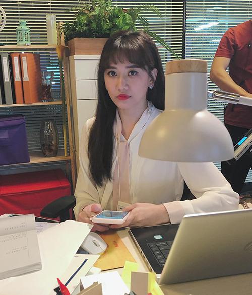 Hari Won cũng cập nhật tình hình đi quay trên trang cá nhân. Bà xã Trấn Thành diện sơ mi ra dáng nhân viên công sở.