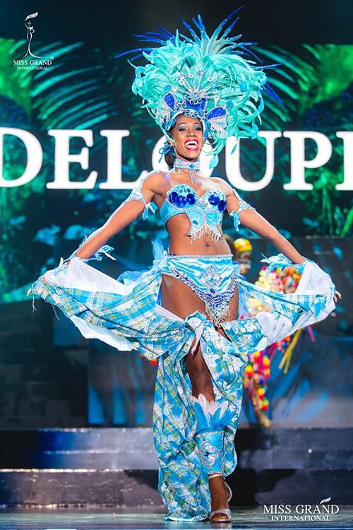 Người đẹp Guadeloupe biến tấu nội y thành trang phục dân tộc.
