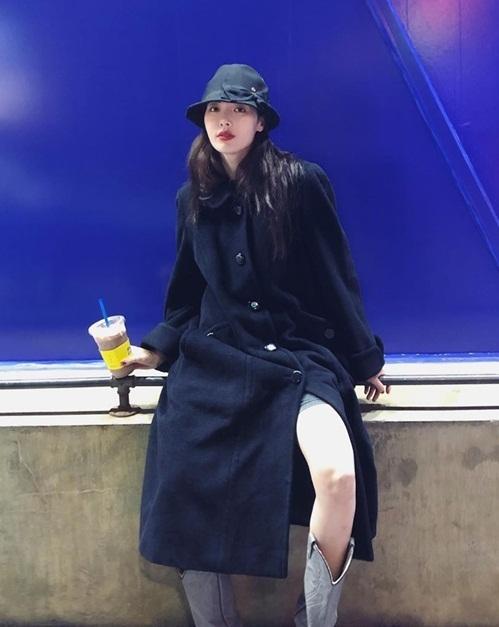 Hyuna mặc áo khoác dài nhưng vẫn khoe chân nhiệt tình.