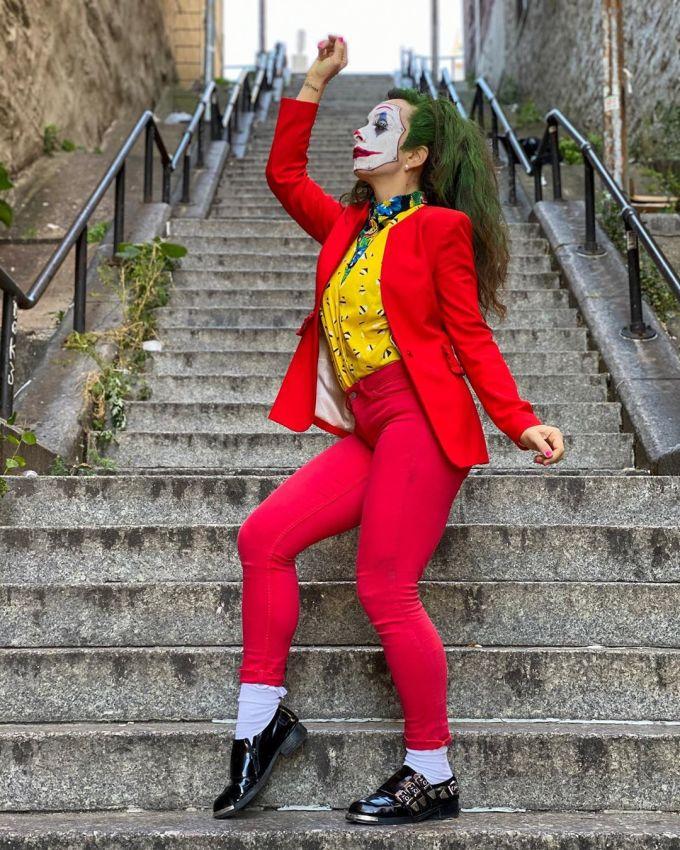 <p> Các fan của bộ phim đã đến, bắt chước theo điệu nhảy của Joker, thậm chí còn ăn vận và trang điểm khuôn mặt cho giống gã hề điên trong phim.</p>