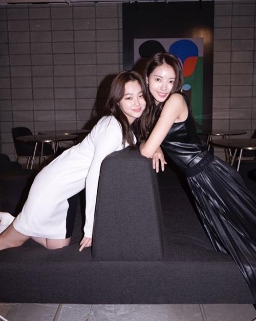 Mina (Gugudan, trái) kết hợp với Na Young (Pristin) thành bộ đôi đen - trắng.