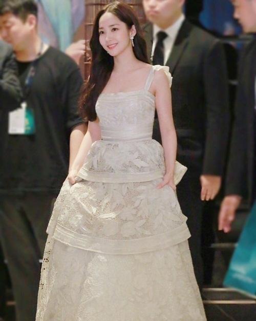Park Min Young khoe vẻ quyến rũ ngọt ngào trong sự kiện ở Thượng Hải.