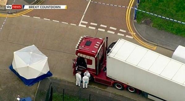 Nhân viên pháp y cạnh xe tải chở 39 thi thể. Ảnh: Sky News.