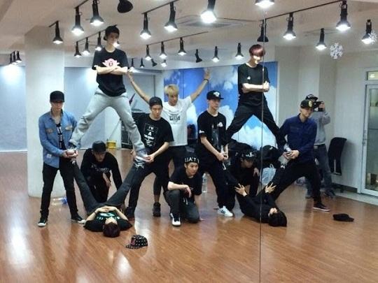 Để tạo hình tên nhóm EXO trong Overdose,các thành viên tiếp tục phải thực hiện những tư thế độc, lạ,khả năng gây chấn thương rất cao.
