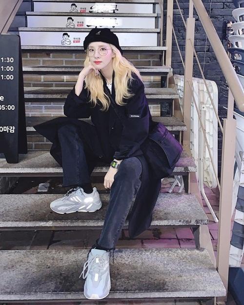 Dara lên đồ phong cách men-lỳ khoe vẻ cá tính.