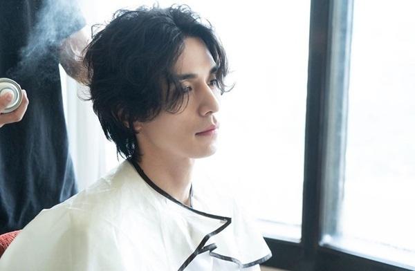 Lee Dong Wook khoe góc nghiêng điển trai với mái tóc dài lãng tử.