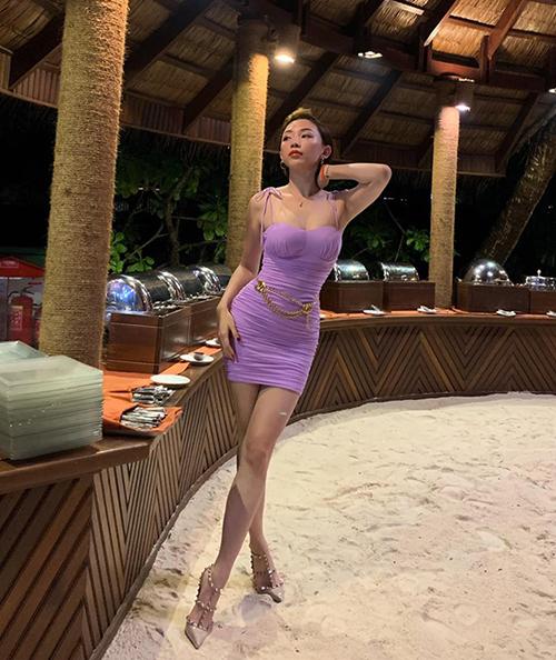 Bắt nhịp xu hướng của năm nay, Tóc Tiên diện đầm tím rịm nhưng không sến, ngược lại giúp cô tôn lên đường cong nuột nà.