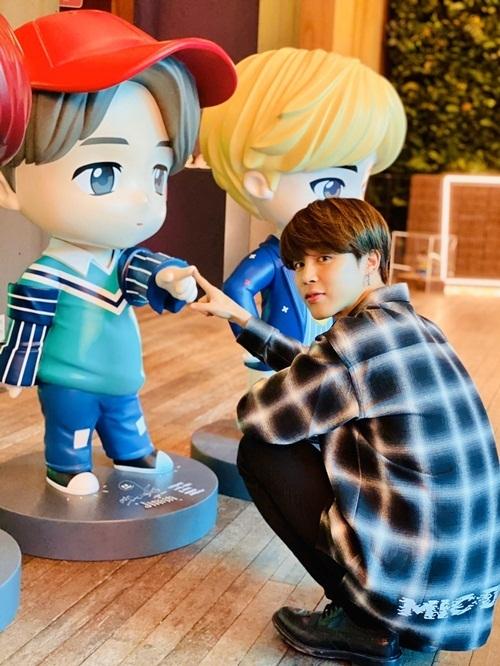 Ji Min (BTS) trông nhỏ bé bên bức tượng chibi của chính mình.