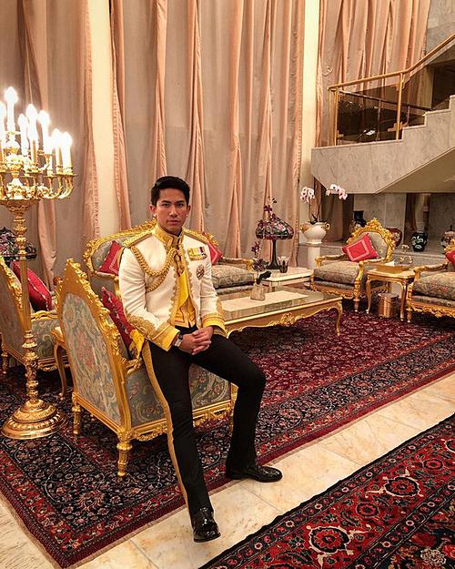 Sinh ra và lớn lên tại hoàng tộc ở một đất nước giàu có như Brunei, Abdul Mateen có một cuộc sống xa hoa.