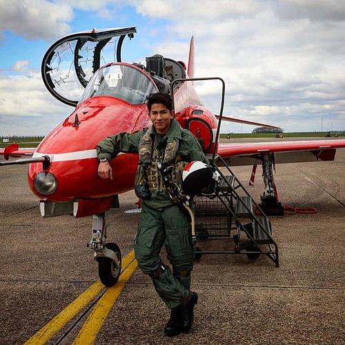 Do từng tham gia huấn luyện trong quân đội nên anh có thể tự điều khiển phi cơ.Giống như cha, hoàng tử cũng sở hữu chuyên cơ riêng.