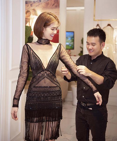 Cô lần lượt ướm thử các trang phục mới nhất với chất liệu ren gợi cảm nhưng vẫn thanh lịch.