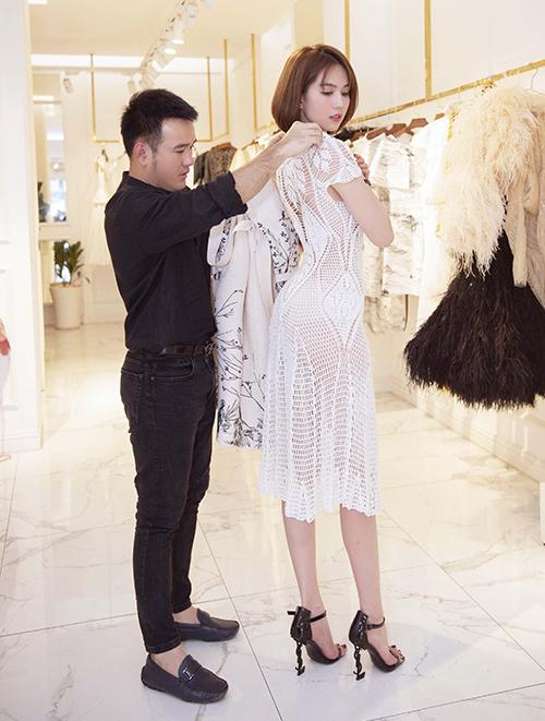 Lê Thanh Hòa là một nhà thiết kế thân thiết của Ngọc Trinh. Anh đồng hành cùng nữ hoàng nội y trong nhiều sự kiện quan trọng, trong đó có LHP Cannes hồi tháng 5.