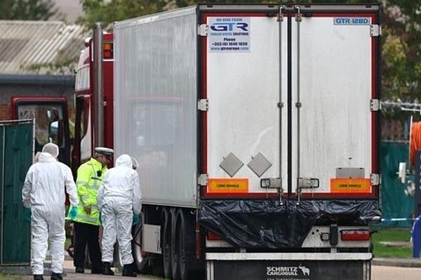 Đội pháp y tại hiện trường vụ xe tải chở 39 thi thể.
